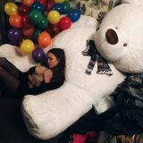 Большой медведь с девушкой